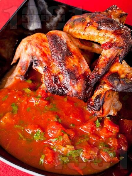 Мариновани пилешки крилца печени на грил с доматен сос - снимка на рецептата